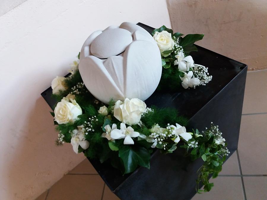 Decorazione floreale urna cremazione